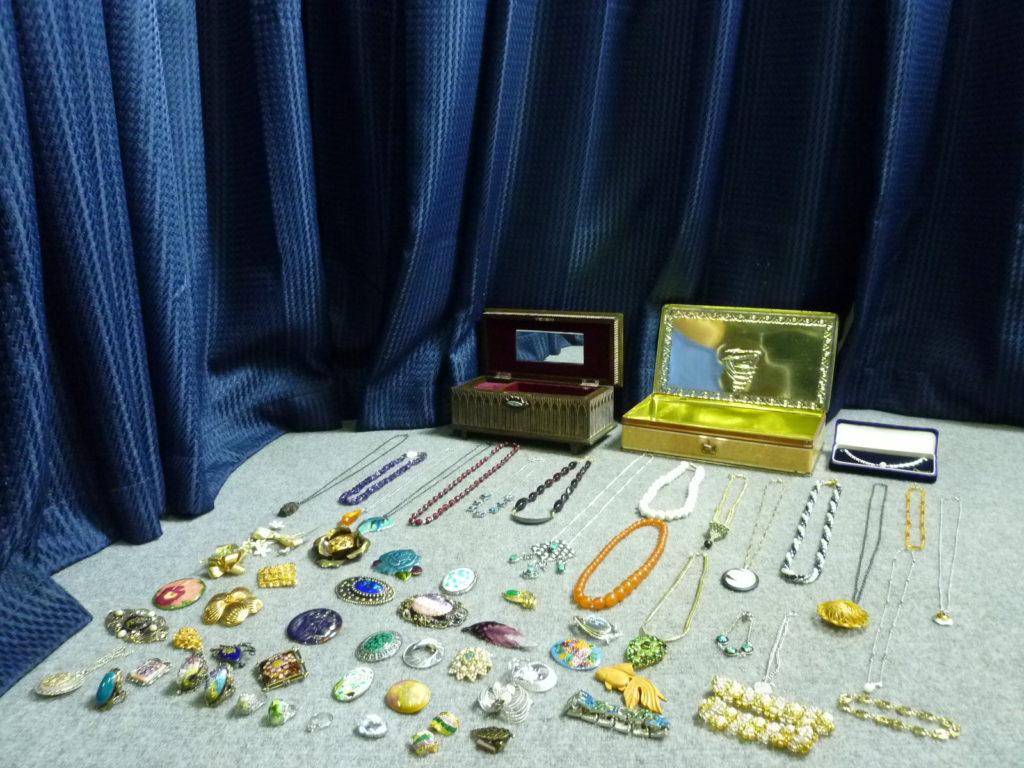 遺品整理時に出てきたネックレスや指輪などのアクセサリー
