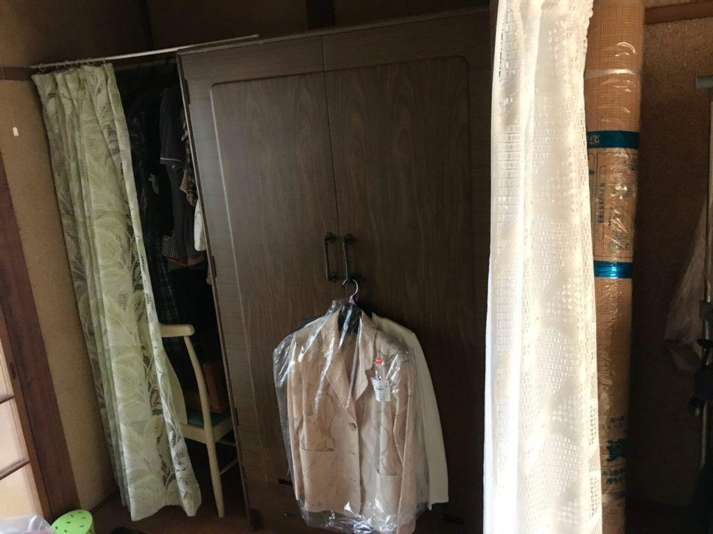 衣類の入った洋タンス