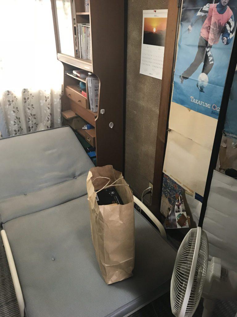 ベッドと棚