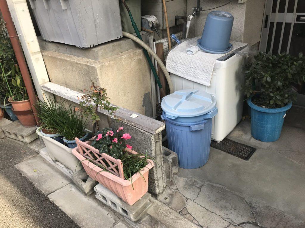 玄関前の植木鉢や洗濯機